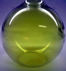 Balão volumétrico contendo gás cloro