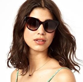 Mulher usando óculos escuros